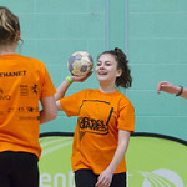 A participant throwing a handball to her team mate